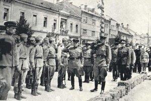 Príslušníci Sovietskej armády na Námestí osloboditeľov v miestach kde stojí dnešný pomník.