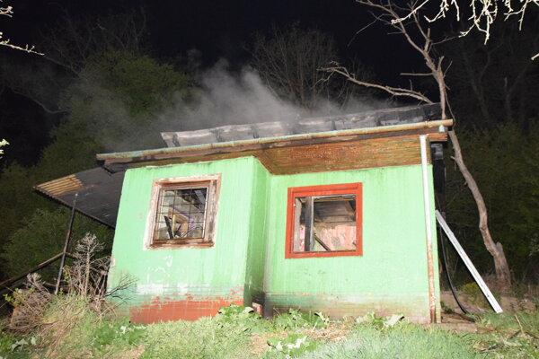 Túto chatu podpálili.