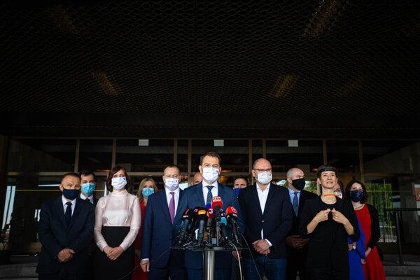 Slovensko partilo medzi prvé krajiny v Európe, ktorých predstavitelia občanom nariadili nosiť na verejnosti rúška.