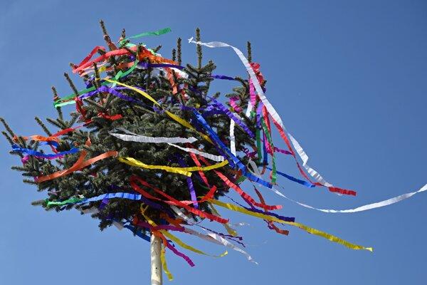 Farebný máj je symbolom radosti z víťazstva jari a života nad zimou a smrťou.