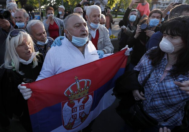 Podporovatelia srbskej vlády pokrikujú na opozičných lídrov.