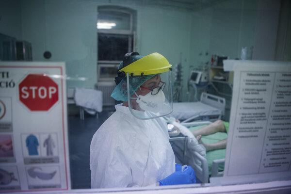 Sestra v ochrannom odeve v nemocnici v Budapešti.