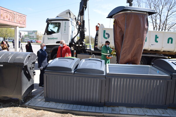 Stojiská patria knajmodernejším na Slovensku, oproti klasickým smetným nádobám zaberú menej miesta aviac odpadu sa do nich zmestí.