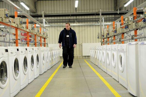 Pracovník kontroluje práčky v testovacom laboratóriu spoločnosti Whirlpool Slovakia v Poprade. Archívna fotografia z marca 2013.