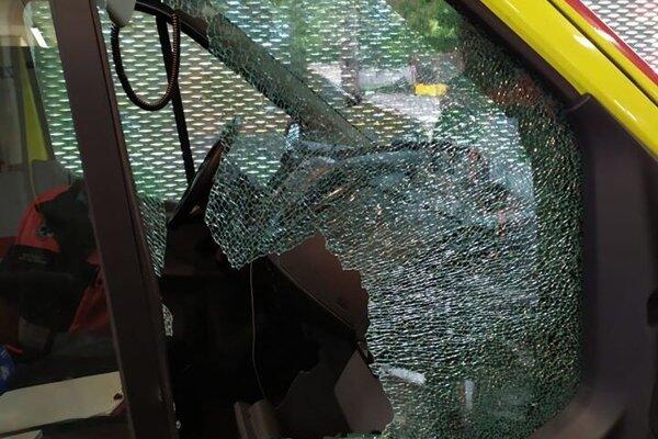 Poškodené záchranné vozidlo zdravotnej služby.