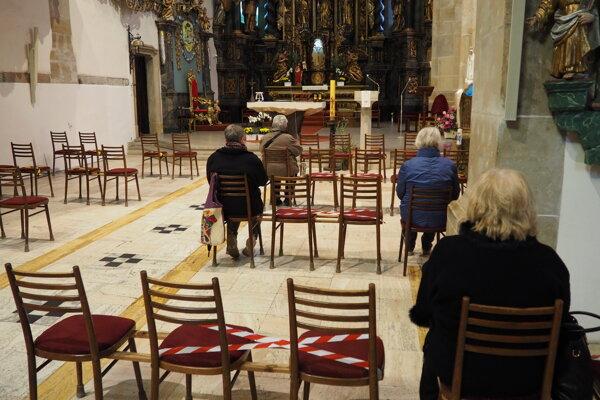 Vyhradené miesta počas bohoslužby. V Konkatedrále sv. Mikuláša v Prešove majú kapacitu 150 miest na sedenie.