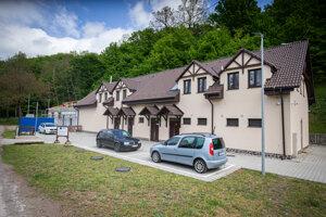 Sídlo Karpatskej lesníckej spoločnosti v Tekovskej Breznici, ktorá spravuje sporné pozemky.