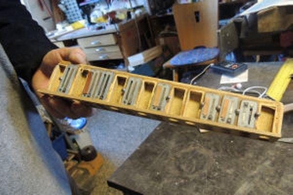 Vo svojej dielni zhromažďuje výrobca hudobných nástrojov komponenty z celej Európy.