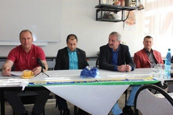 Zľava tréner Štefan Zaťko, výkonný riaditeľ Jozef Urblík, manažér áčka Stanislav Neuschl a manažér juniorky Rastislav Štanga.