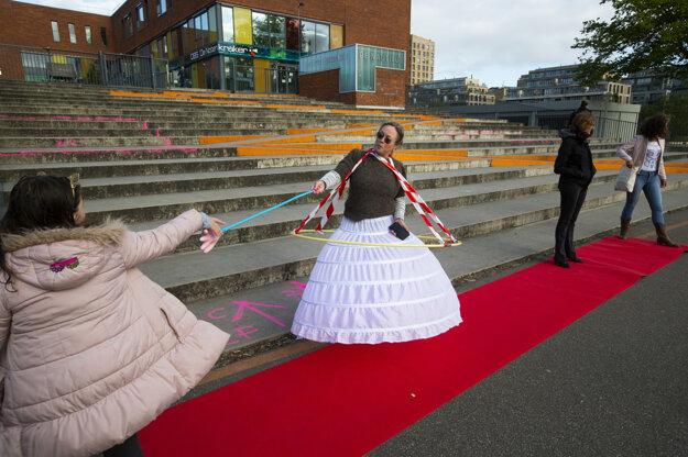 Riaditeľka základnej školy v Amsterdame víta žiakov po uvoľnení opatrení v súvislosti so šírením koronavírusu.