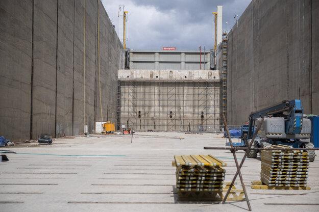 Súbežne s montážou vrát pokračujú práce na regulačných uzáveroch, prahoch dolných vrát a šachtách pravej plavebnej komory vodného diela.