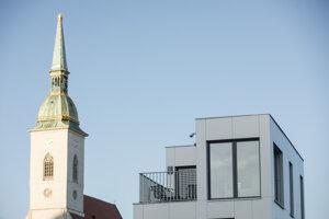 Dóm sv. Martina a budova projektu Vydrica.