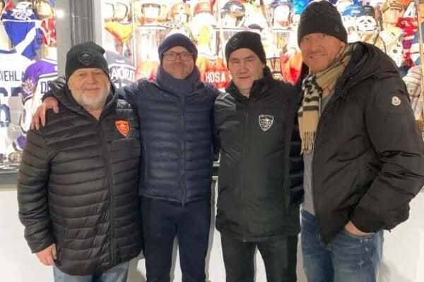 Milan Čecho s generálnym riaditeľom Chicaga Stanom Bowmanom, Milošom Radosom a Mariánom Hossom.