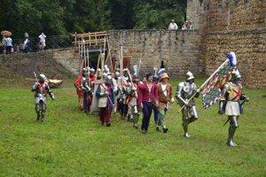 Burgundské osadenstvo v zbroji.