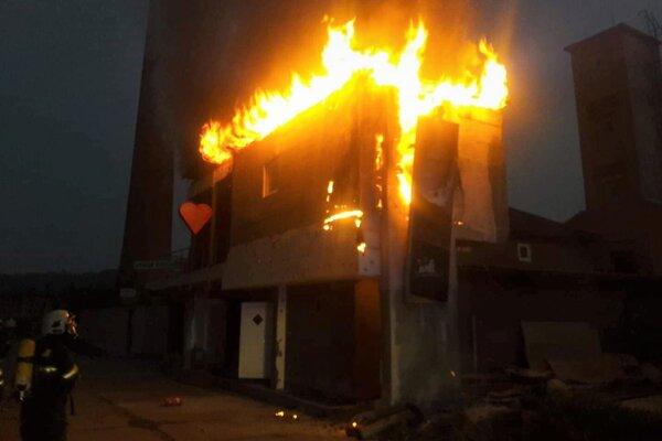 Zásah hasičov pri požiari v areáli Magnezitky.