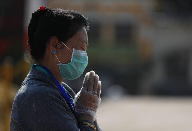 Žena v nepálskej metropole Káthmandu sa modlí počas pandémie koronavírusu.