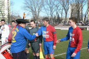 """Legendárny fanúšik """"MANOLO"""" zavítal na pozvanie vtedajšieho prezidenta MFK Topvar na zápas Topoľčany - Nitra B. Topoľčany vtedy na ihrisko vyprevádzal ako kapitán Juraj Bačík."""