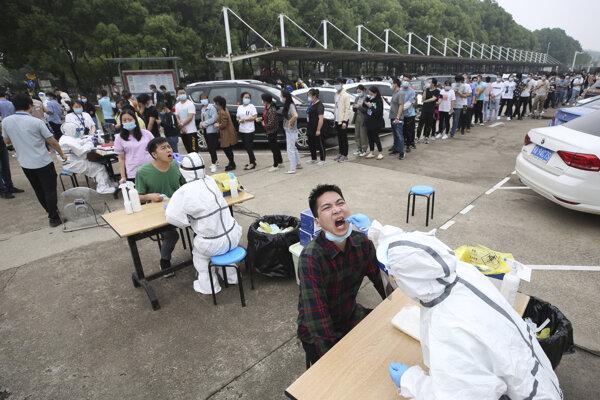 Masové testovanie v čínskom Wu-chane.