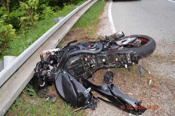 Motocyklista dostal za porušenie pravidiel cestnej premávky na mieste blokovú pokutu.