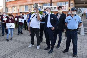 Primátor Miloš Meričko sa stretol s protestujúcimi.