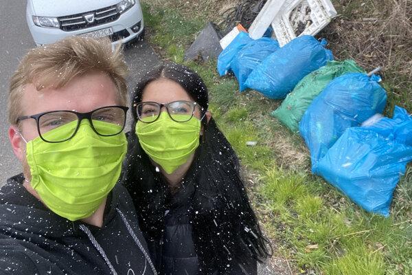 Richard Kramarčík s priateľkou čistia prírodu.