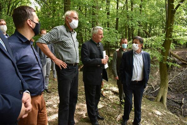 Ministri Ján Budaj (vpravo) a Ján Mičovský (druhý zľava) si prezreli problémové miesta v obore Orlová.