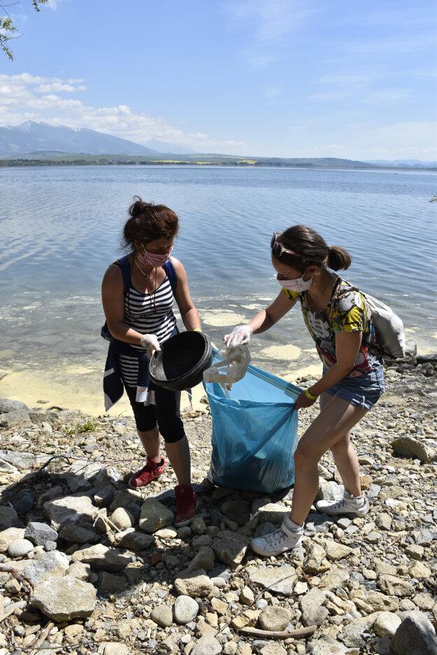 Dobrovoľníci čistili okolie Liptovskej Mary, našli polámanú loď aj podsedák.
