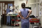Sestra na chodbe jednotky intenzívnej starostlivosti o pacientov s Covid-19 v americkom Seattli.