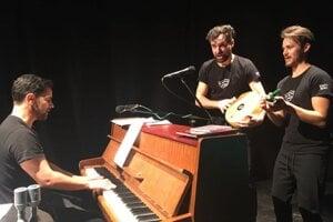 S kolegami Ferom Balogom a Tomášom Dirom založili divadlo Actor a pre Štátne divadlo Košice pripravili aj netradičné predstavenie Herci čítajú Dobšinského.