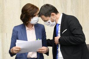 Na snímke vpravo podpredseda vlády a minister financií SR Eduard Heger a vľavo  podpredsedníčka vlády pre investície a informatizáciu Veronika Remišová.