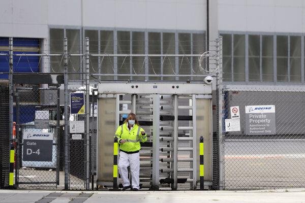 Zamestnankyňa amerického výrobcu lietadiel Boeing počas fajčiarskej prestávky pred závodom v americkom meste Renton v stredu 29. apríla 2020. Firma plánuje zrušiť približne 10 percent pracovných miest.