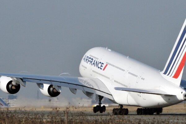 Airbus A380 Air France vzlieta na svoj prvý transatlantický komerčný let z parížskeho letiska Roissy 20. novembra 2009.
