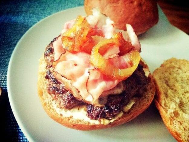 Hovädzí hamburger s karamelizovanou cibuľou