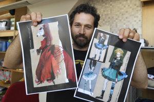 Vedúci umeleckých dielní Marek Urban ukazuje návrhy kostýmov.