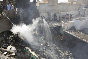 V obývanej oblasti pri pakistanskom meste Karáči sa zrútilo lietadlo.