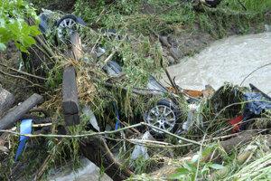 Auto ako lodička, korytom potoka v Ploskom ho vlieklo asi 200 metrov.