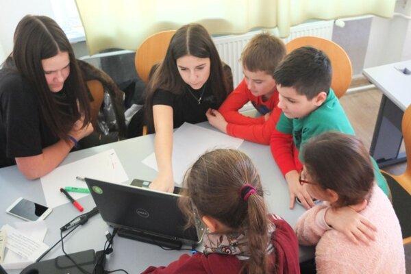 V kremnickej škole pomáhali s fyzikou starší žiaci mladším.