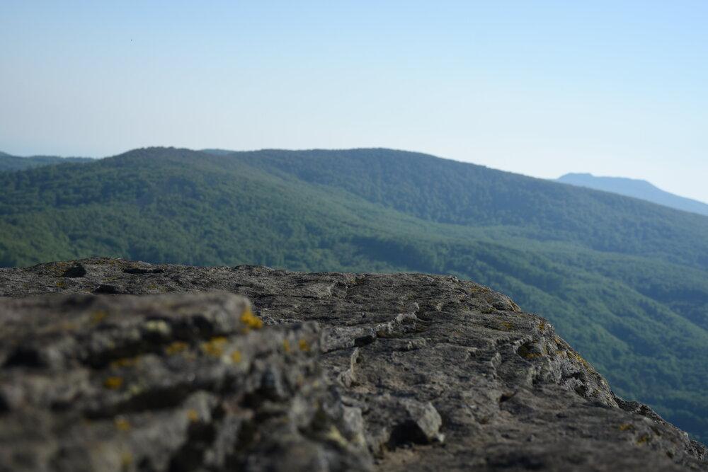 Sninský kameň, v popredí pred ním Motrogon, v pozadí výbežok vrcholu Vihorlat.