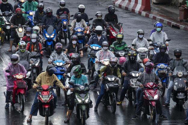 Motocyklisti v thajskom Bangkoku.