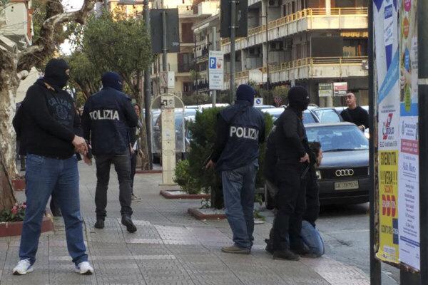 Talianska polícia zatkli desať ľudí v rámci vyšetrovania kalábrijskej mafie