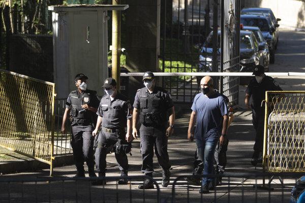 Vojenská polícia počas prehliadky rezidencie guvernéra štátu Rio de Janeiro Wilsona Witzela v súvislosti s podozrením zo sprenevery štátnych prostriedkov určených na boj proti koronavírusu.