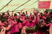 Na fotografii agentúry Xinhua je oslava dosiahnutia vrcholu Mount Everestu čínskym tímom.