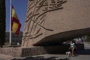 Španielska vlajka je stiahnutá na pol žrde v centre Madridu.