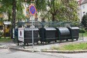 Na Komenského ulici 27 staromestská samospráva urobila prvé kontajnerovisko uzamykateľné na čip.