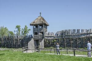 Hradiská nie sú len nevýraznými valmi uprostred lesa. Dávnu históriu možno rekonštruovať, na fotografii poľské hradisko Biskupin.