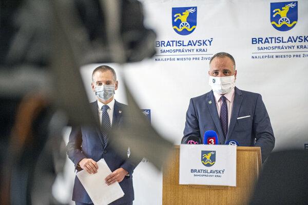 Predseda Bratislavského samosprávneho kraja Juraj Droba (vpravo).