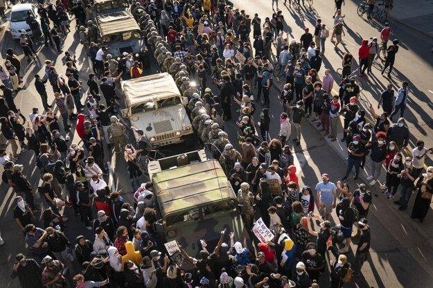 Protestujúci obkolesili vozidlá Národnej gardy po príchode do Minneapolisu.