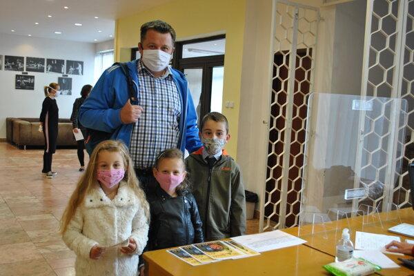 Do divadla sa tešila aj malá Tamarka (v strede) s rodinou.