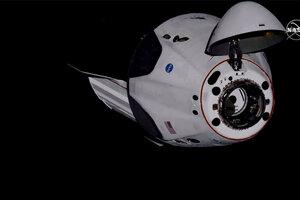 Crew Dragon krátko pred pripojením k ISS.