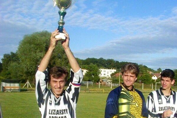 Snímka stará 20 rokov. Miro Černý ako kapitán Lapáša pri triumfe v šiestej lige v roku 2000.